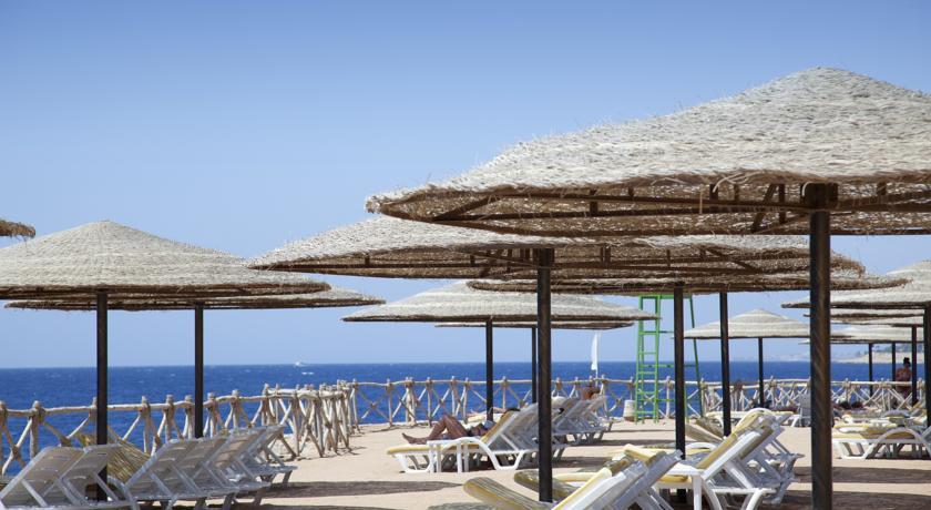 Пляж и шезлонги при отеле Корал.