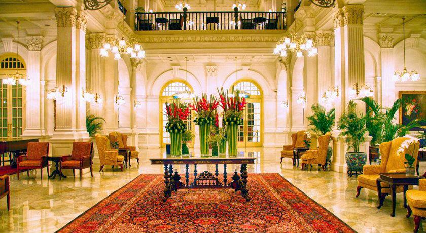 В холле отеля.