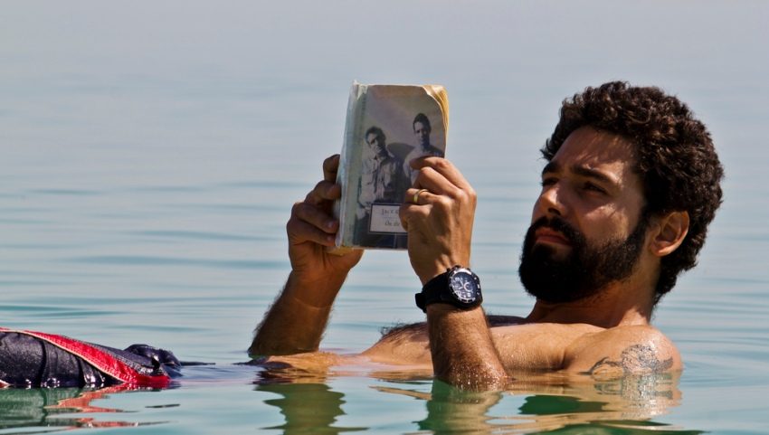 Мужчина в Мёртвом море.