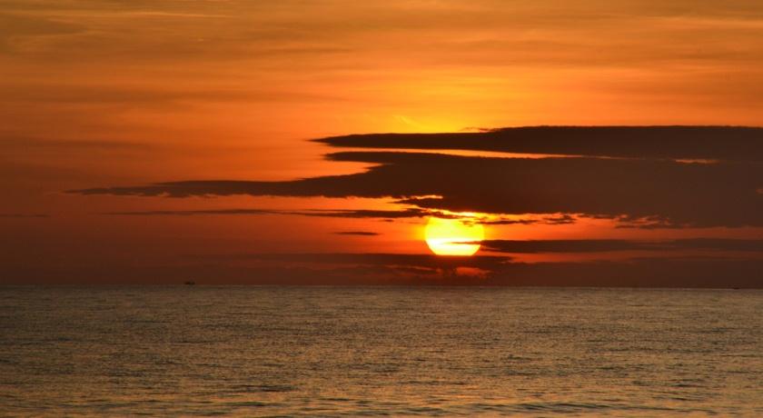 Восход у моря.