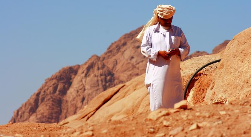 Араб в белом одеянии.