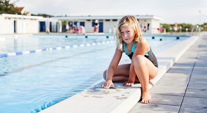 Девочка у бассейна.